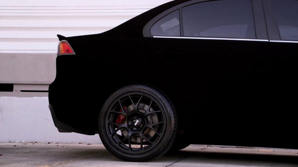 """""""Es sieht unecht aus"""": Dieser Mitsubishi trägt die """"schwärzeste Farbe der Welt"""" [+ Glitzer]"""