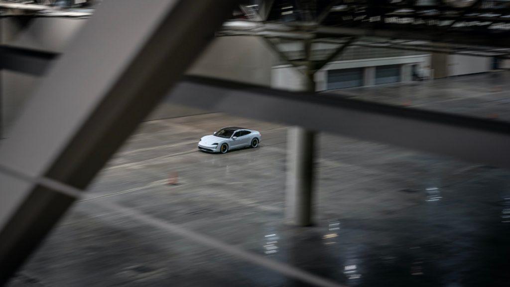 Porsche Taycan Turbo S holt neuen Indoor-Geschwindigkeitsrekord