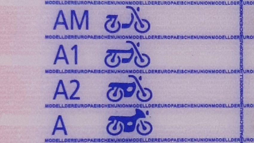 Ein Führerschein mit den Klassen A1-Führerschein, A2-Führerschein, A-Führerschein und AM-Führerschein.