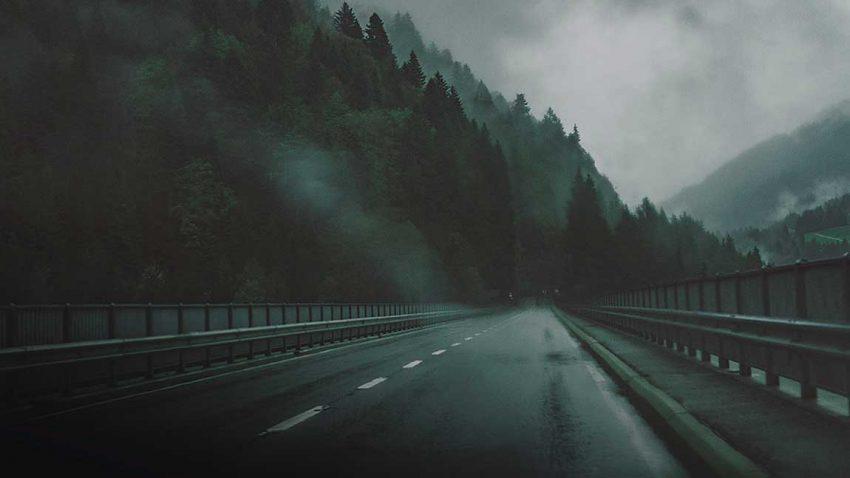 Die nasse Fahrbahn einer Autobahn in der Schweiz.