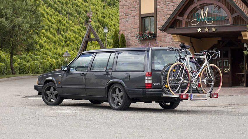 Ein Auto mit Fahrradheckträger