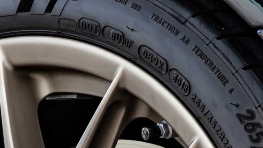 Ein Reifen mit der DOT-Nummer, mit der man das Reifenalter feststellen kann.